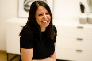 Profilbild von Esra Sagirosman in ihrem Kosmetikstudio
